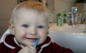 Cepillar dientes al bebé (2)