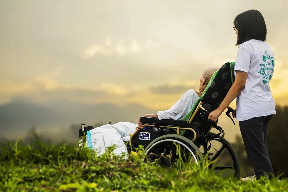Elegir una residencia de ancianos o un centro de día para cuidar la salud de los mayores
