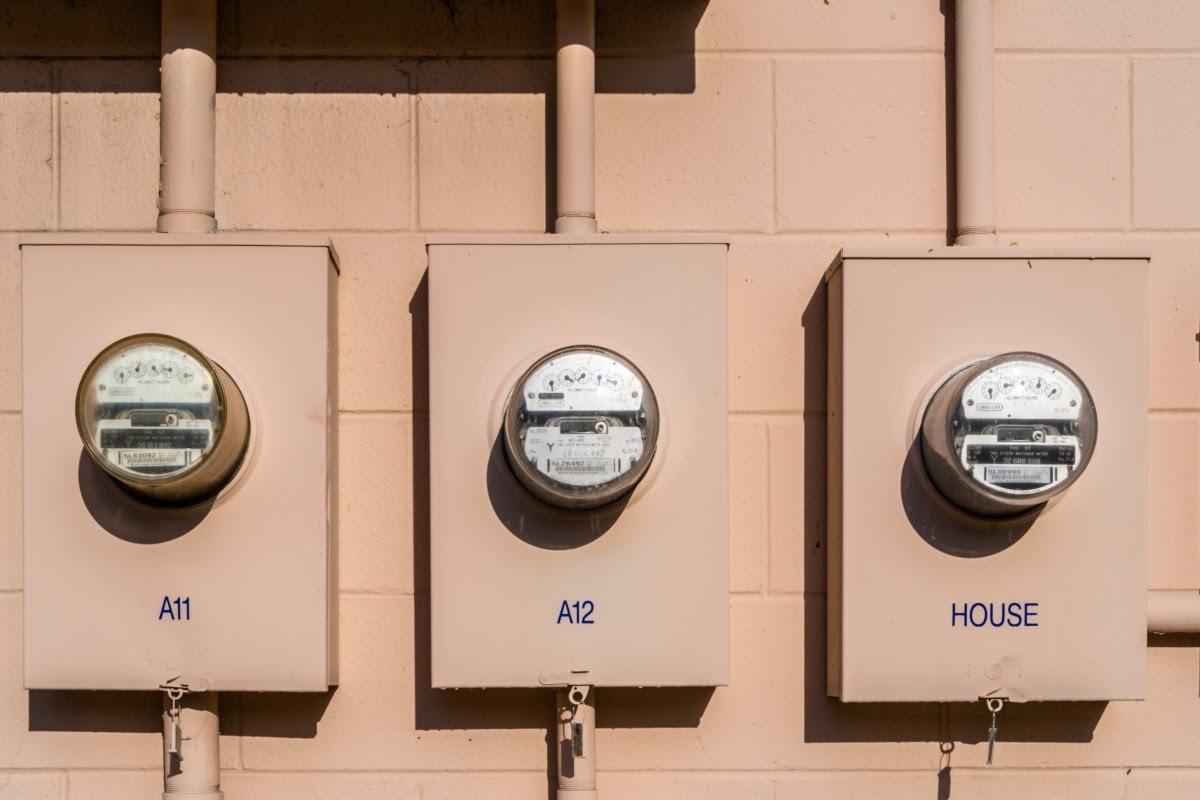 La instalación y el mantenimiento del sistema eléctrico en una empresa